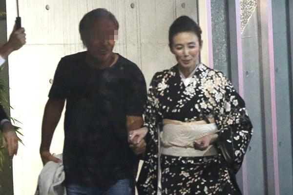 """萬田久子 """"チョイ悪""""年上男性と親密「親指つなぎ」の夜   女性自身"""