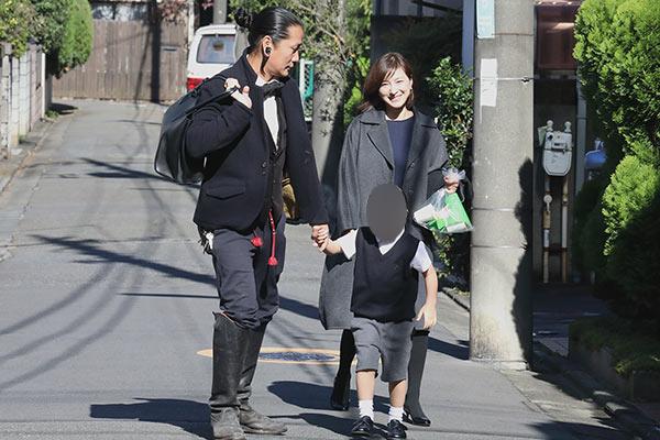 父兄が校内へ入っていくなか、広末涼子(36)も次男(5)の手を繋いで歩いていく。そして次男のもう一方の手を引いていたのは夫のキャンドル・ジュン氏(42)だった\u2015\u2015