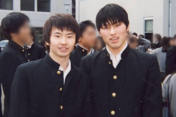 学生時代の制服を着ているお笑いコンビ「オードリー」の画像