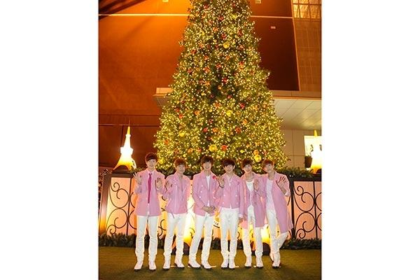 東京タワーにピンクのboyfriendサンタが登場 点灯式で2500人を前に